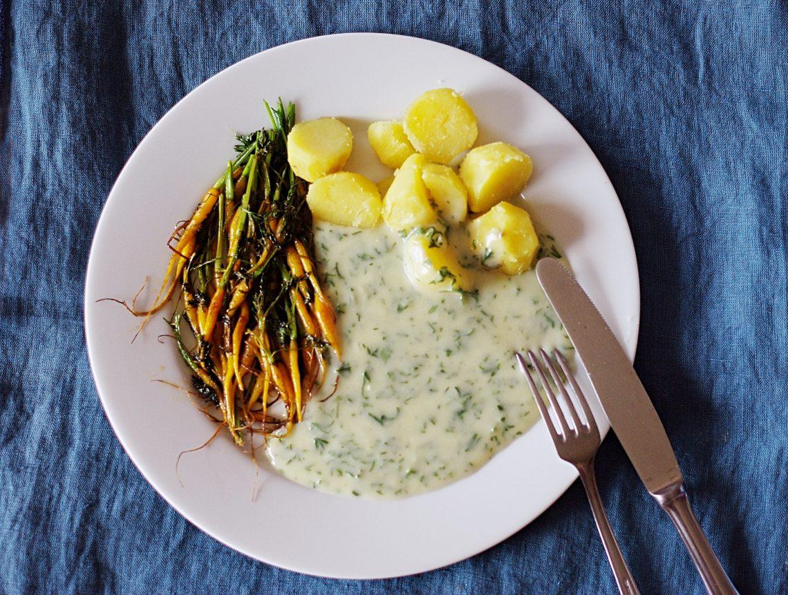 Kartoffeln, winzige Möhren und grüne Sauce
