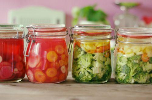 Bügelgläser mit fermentierten Möhren und Brokoli