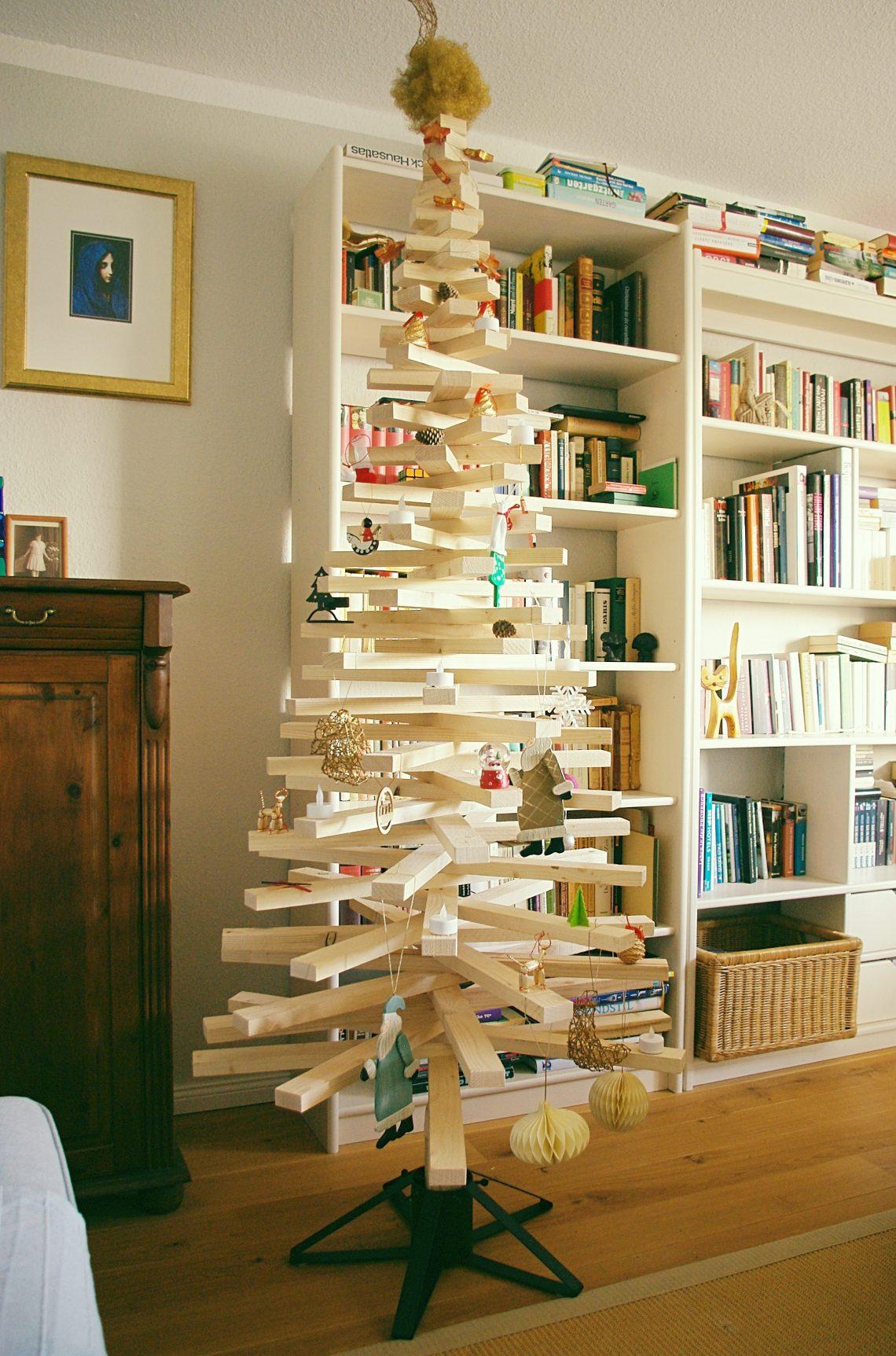 Weihnachtsbaum aus Holz mit Deokration